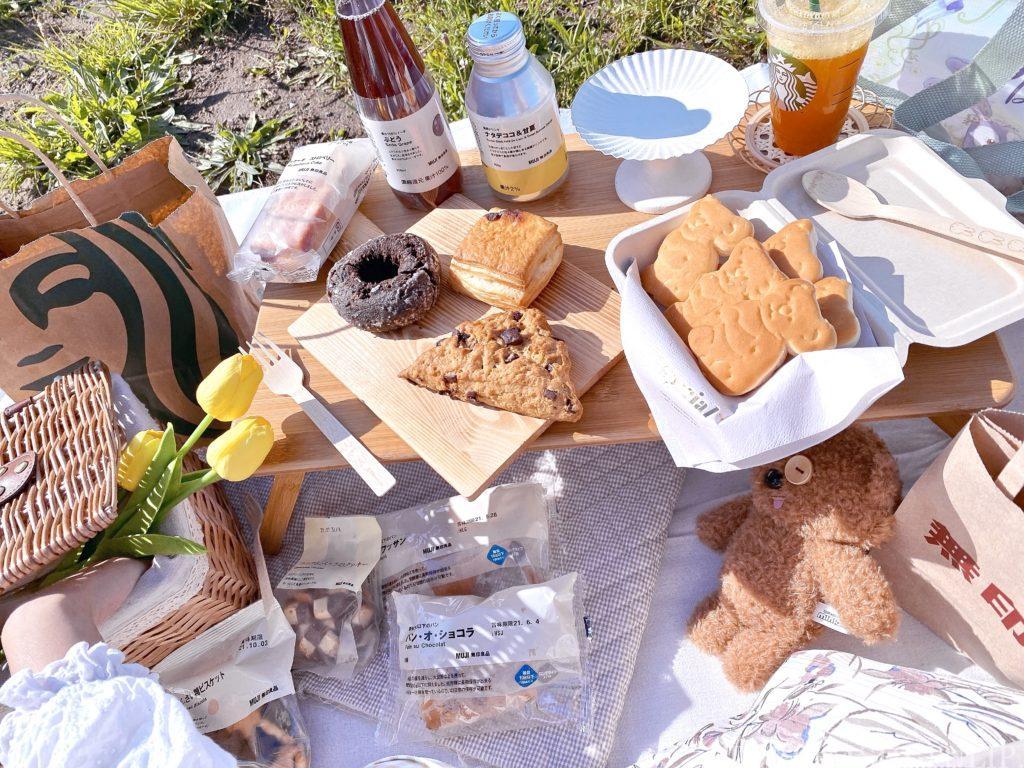 おしゃピク ピクニック おしゃれ 基本とコツ 100均 布 無印良品 ランチ箱 プチプラ 初心者 食べ物 持ち物 お皿 木製カッティングボード